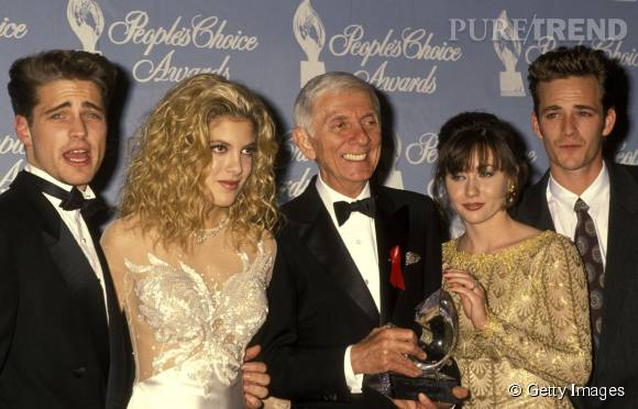 """Tori Spelling entourée de son père, producteur de la série """"Beverly Hills"""", Shannen Doherty, Jennie Garth, Jason Priestley et Luke perry."""