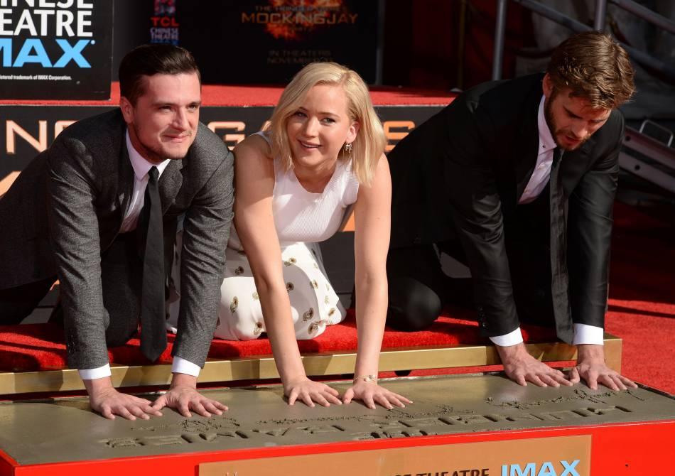 Jennifer Lawrence, Liam Hemsworth et Josh Hutcherson laissent leurs empreintes sur le prestigieux Hollywood Walf of Fame.