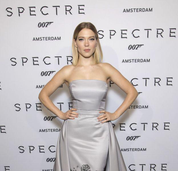 Léa Seydoux, sublime dans une robe grise signée Prada.