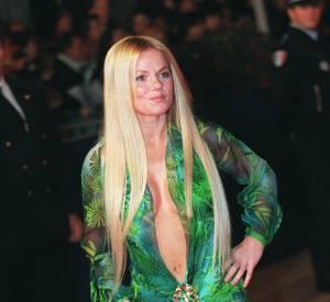 Geri Halliwell joue les copieuses en 2000 en adoptant la robe verte Versace de Jennifer Lopez mais en même temps elle est tellement sexy qu'on la comprend.