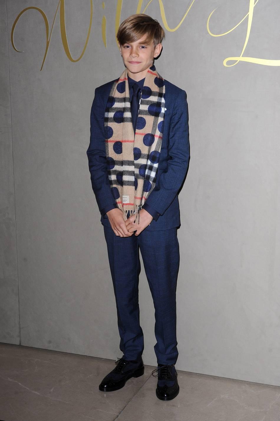 Romeo Beckham a opté pour un costume bleu marine très élégant pour assister à la projection de la campagne de Noël de Burberry.