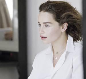 """Emilia Clarke sur le shooting de la nouvelle campagne """"Rose des vents"""" de Dior."""