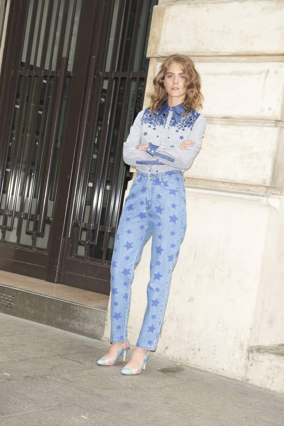 Manoush réinvente le jean mum par ces motifs étoiles.