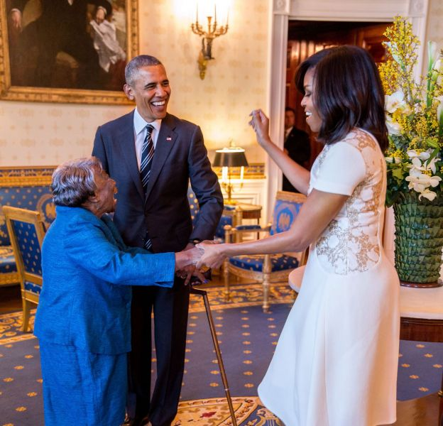Michelle Obama et Bracak Obama acceuillent la centenaire Virginia McLaurinà la Maison Blanche.