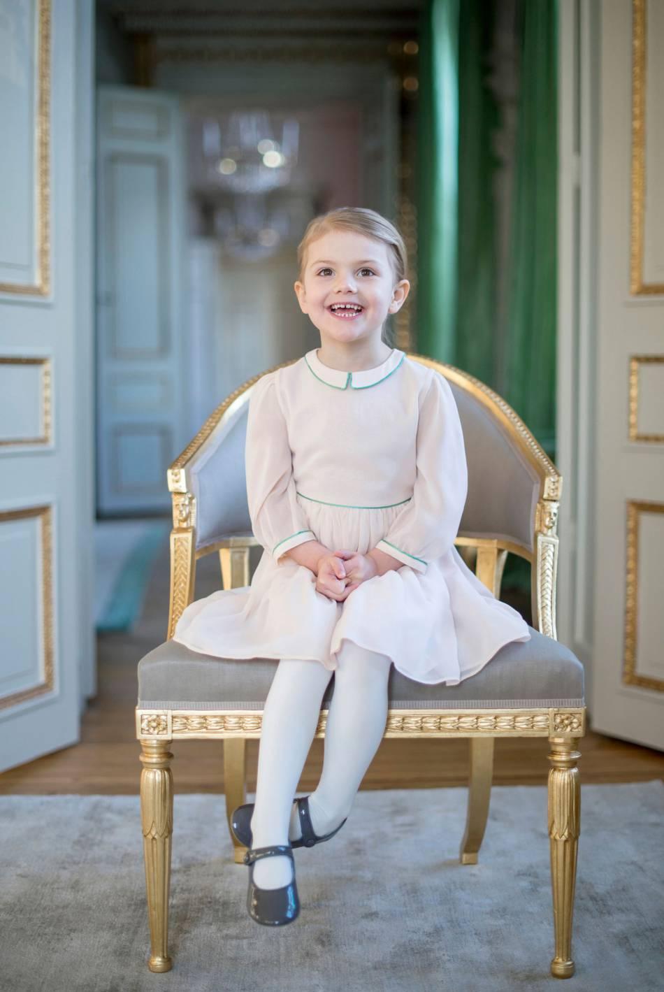 La mini princesse se la joue sage comme une image pour son portrait officiel.