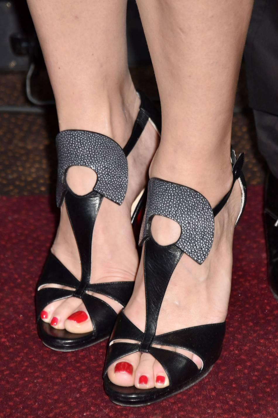 Alexandra Lamy a opté pour des sandales sexy, ajourées sur le cou-de-pied.