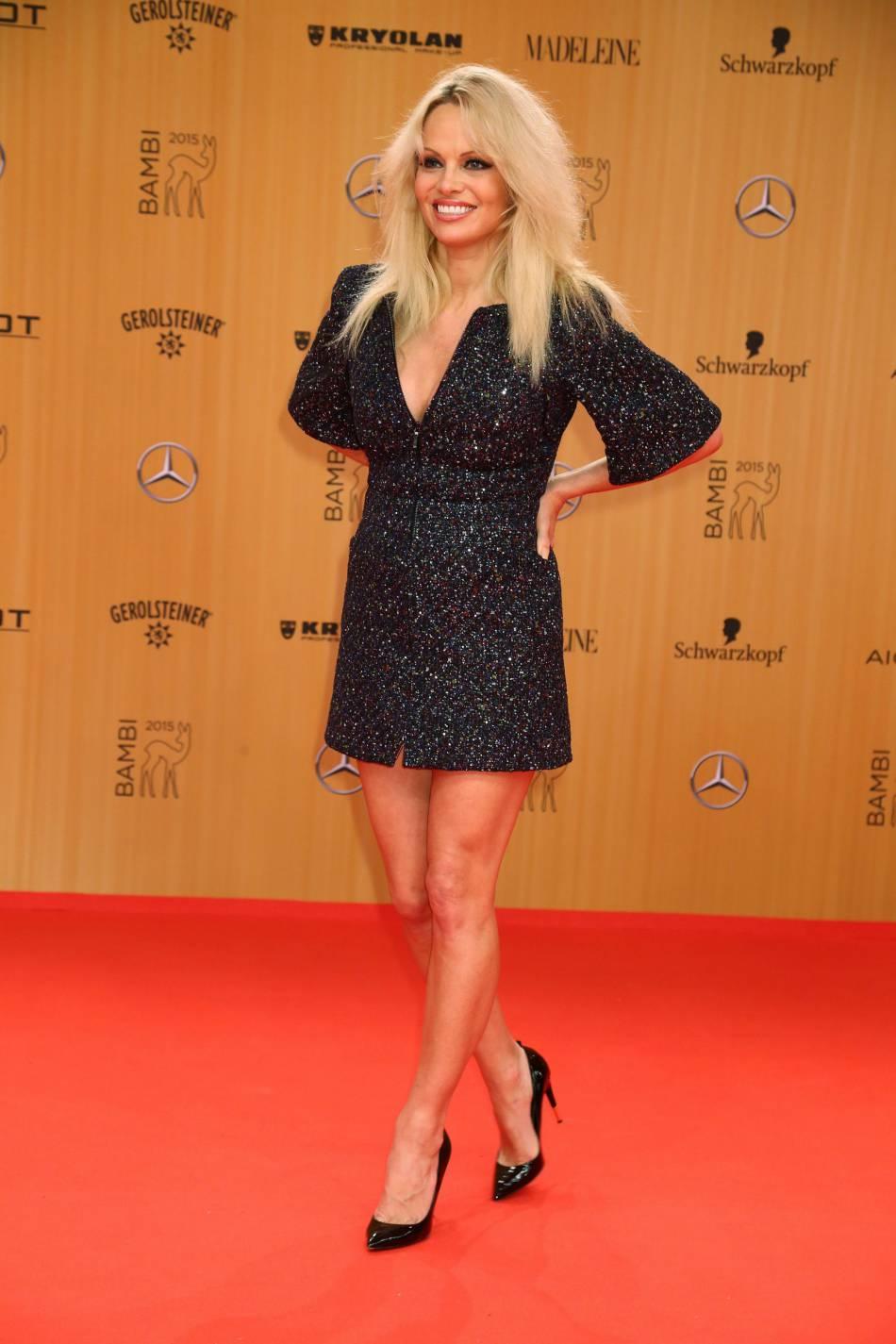 Pamela Anderson se transforme en brune le temps d'un shooting.