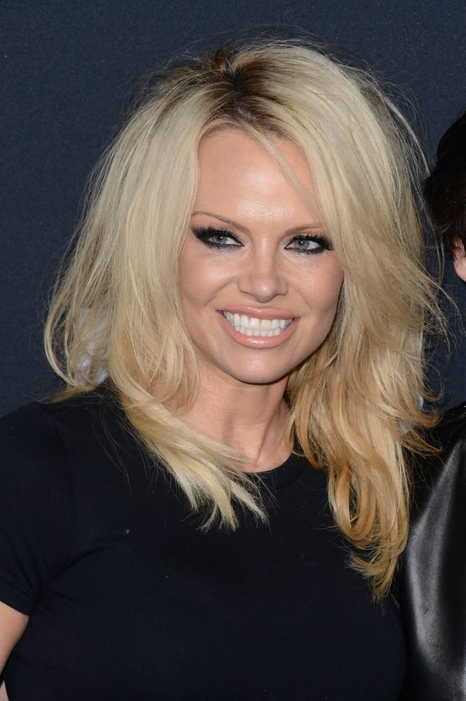 Pamela Anderson pose nue pour Paper Magazine.