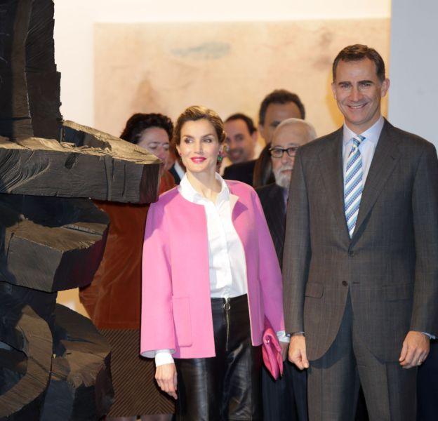 """Letizia Ortiz et son époux le roi Felipe VI à l'inauguration de la 35ème édition du salon d'art contemporain """"Arco"""" à Madrid."""