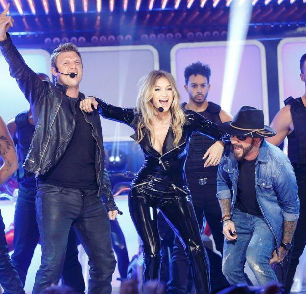 """Gigi Hadid et deux des Backstreet Boys lors de l'émission """"Lip Sync Battle"""" sur Spike TV."""