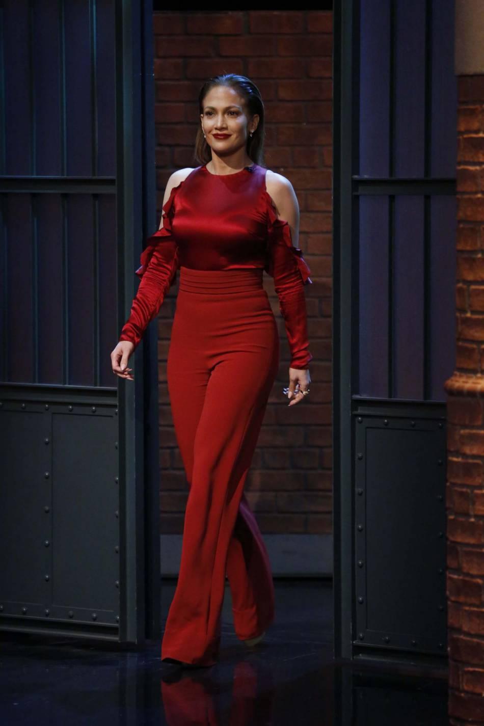 Jennifer Lopez incendiaire dans son ensemble rubis.