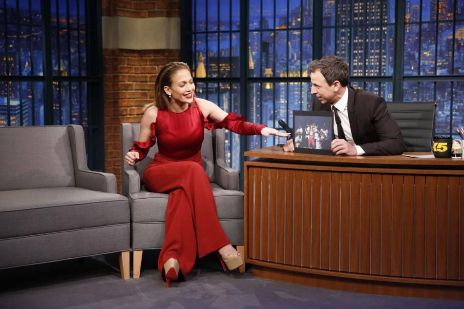 Jennifer Lopez aux côtés de Seth Meyer.