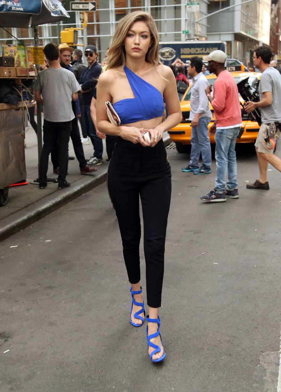 Gigi hadid moiti nue dans les rues de new york elle for Nue a la piscine
