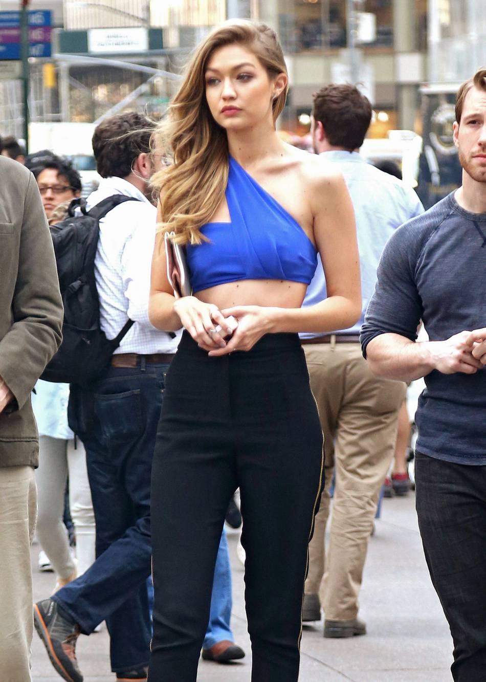 Gigi Hadid étourdissante dans sa brassière bleu électrique.