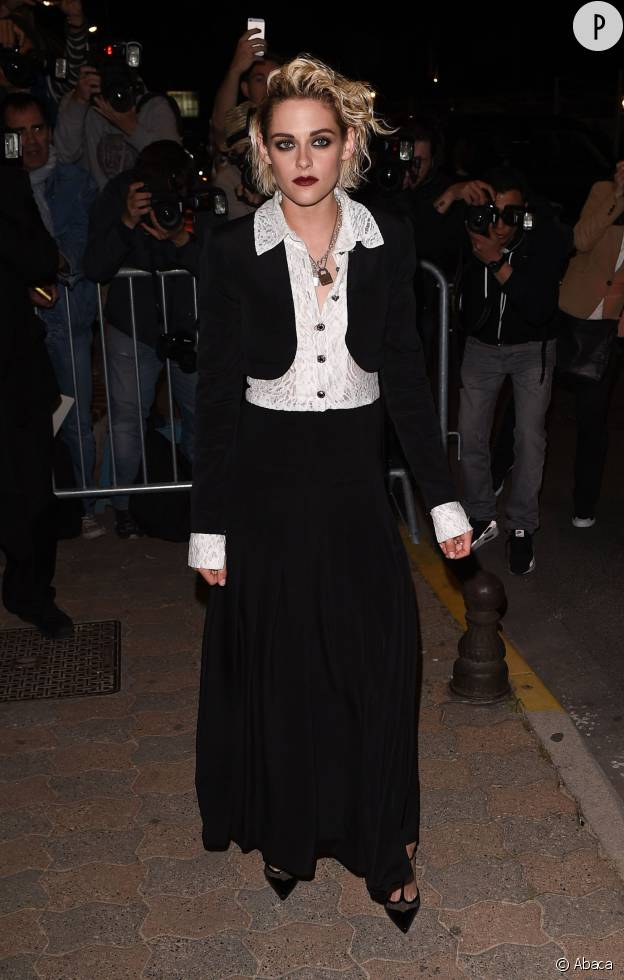 Kristen Stewart n'a pas peur d'être rock en tenue black and white et rouge à lèvres dark.