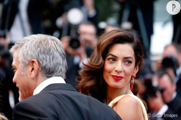 Amal Alamuddin a opté pour un rouge carmin très classique sur le tapis rouge de Cannes.