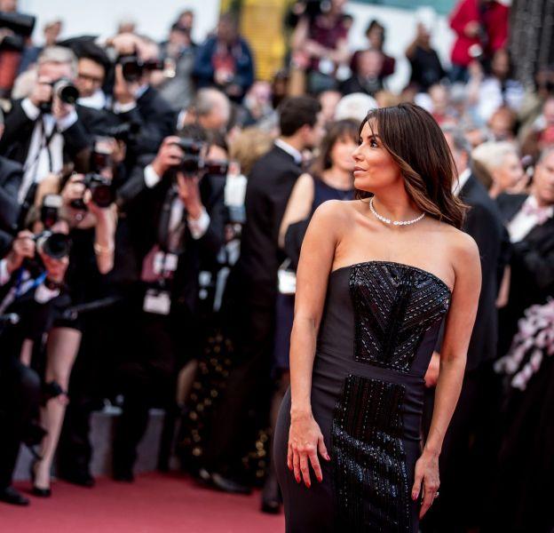 Eva Longoria est entourée par les photographes sur le tapis rouge.