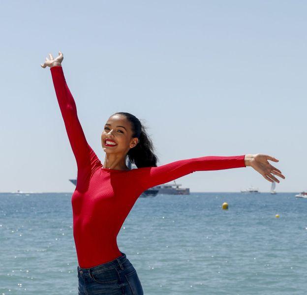 Flora Coquerel apparait radieuse pour un shooting réalisé à Cannes durant cette 69ème édition du Festival.