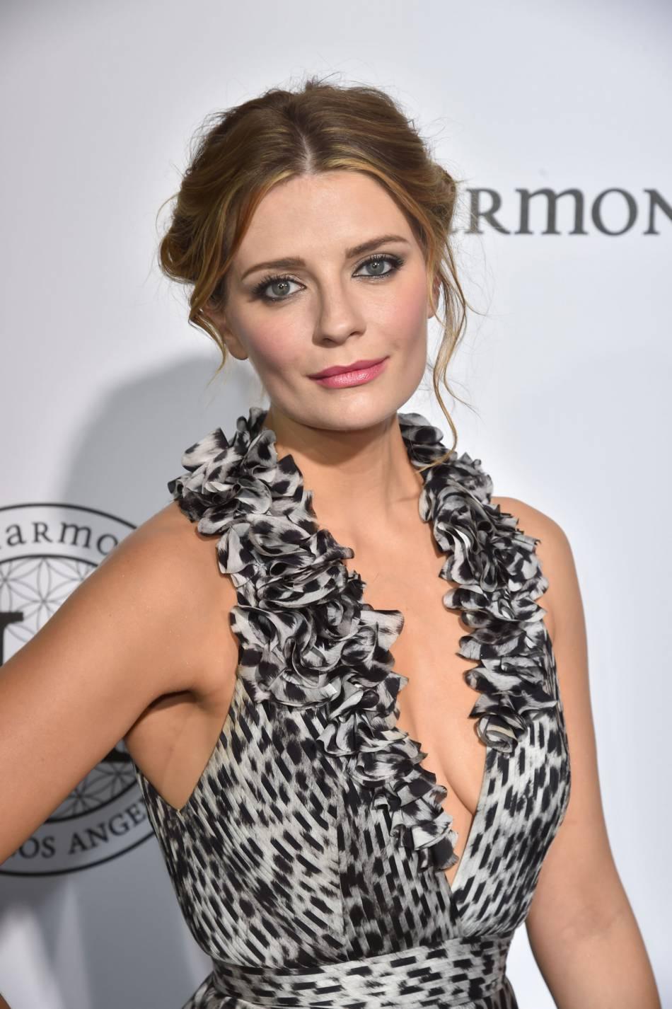"""Mischa Barton, romantique et décolleté au photocall de la soirée """"The Harmonist"""", le 16 mai 2016 à Cannes."""
