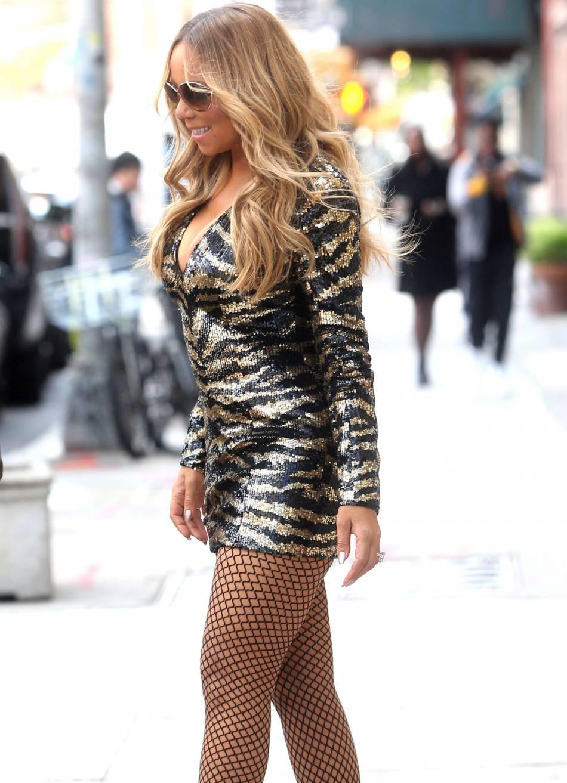 Mariah Carey a opté pour une micro robe assez peu confortable.