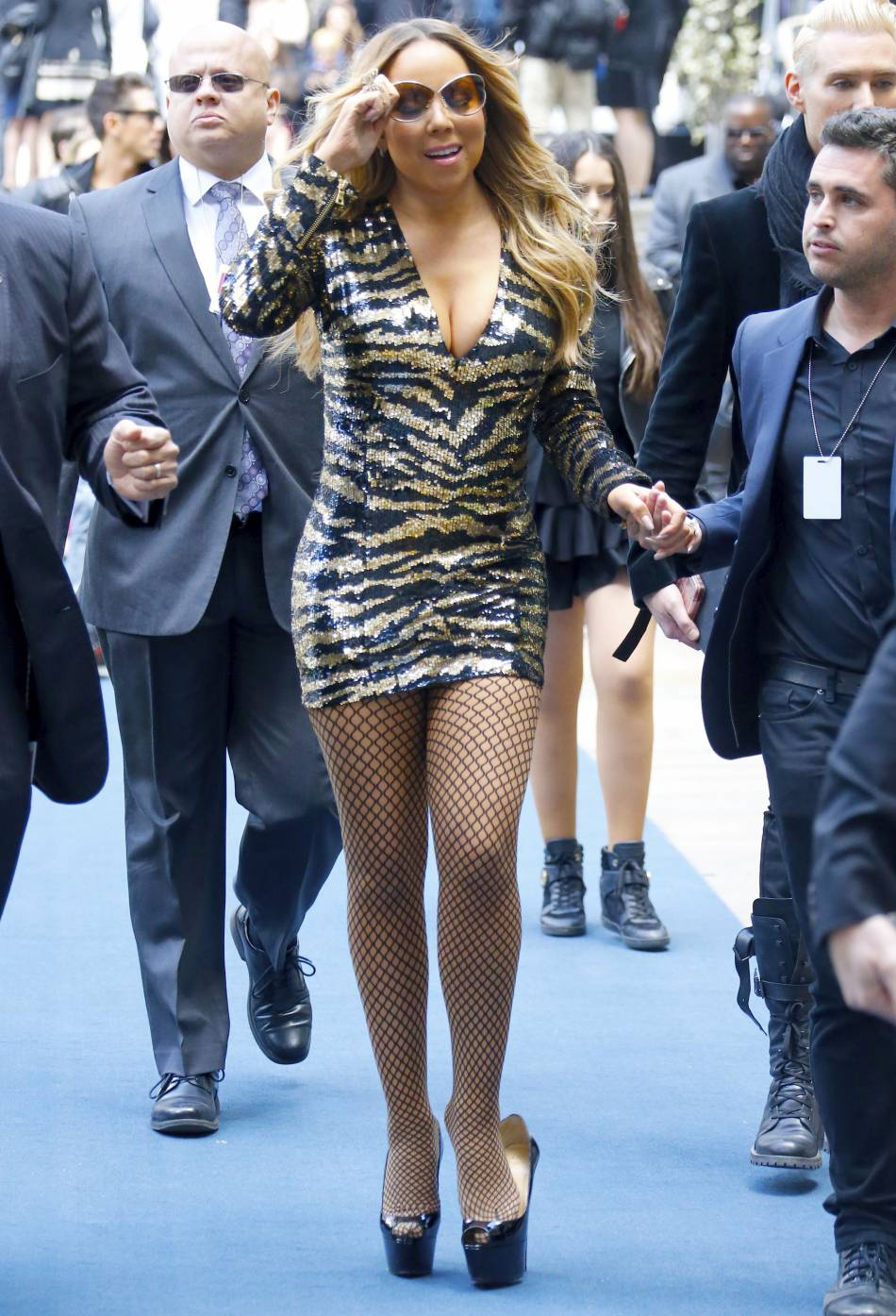 Mariah Carey perd sa chaussure gauche à son arrivée au Rockefeller Center à New York le 16 mai 2016.