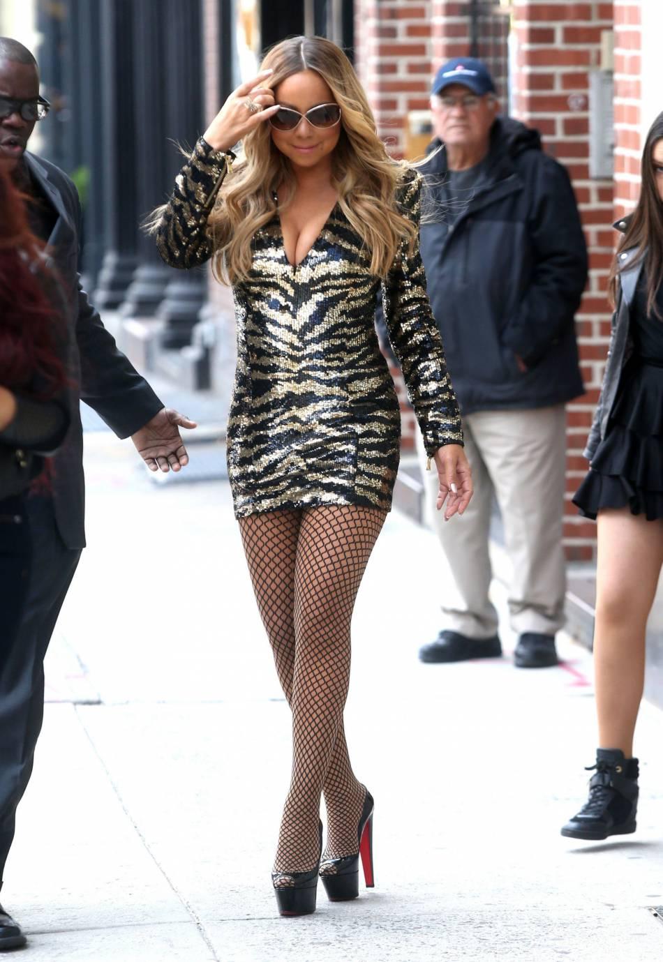 Mariah Carey dans la rue à New York en micro robe moulante et collants résilles le 16 mai 2016.