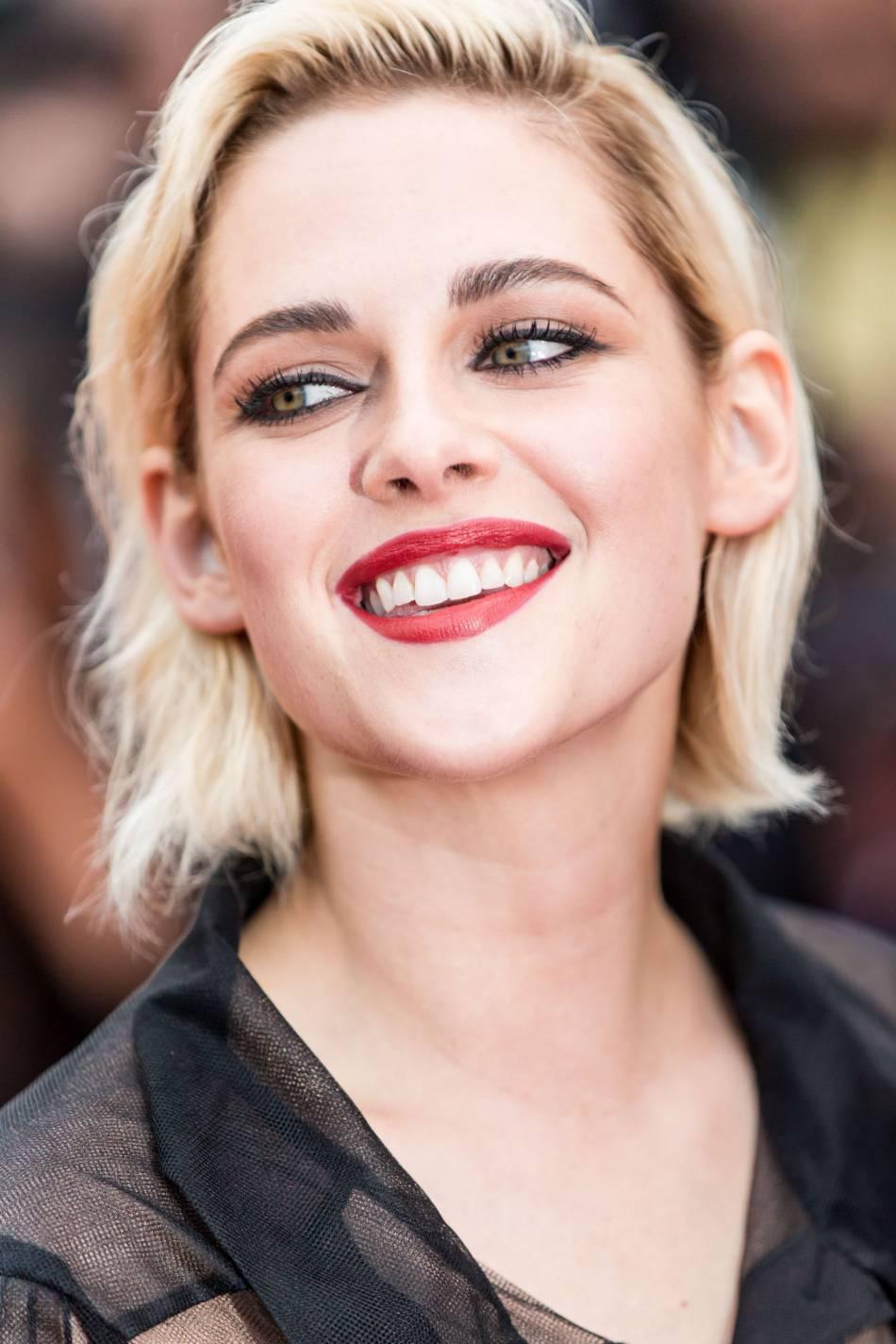 L'égérie Chanel Kristen Stewart, formidablement mise en beauté par la griffe au double C, lors du Festival de Cannes 2016.