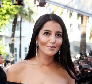 Leila Bekhti adopte des couleurs neutres, un beauty look plutôt simple qui la met en valeur.