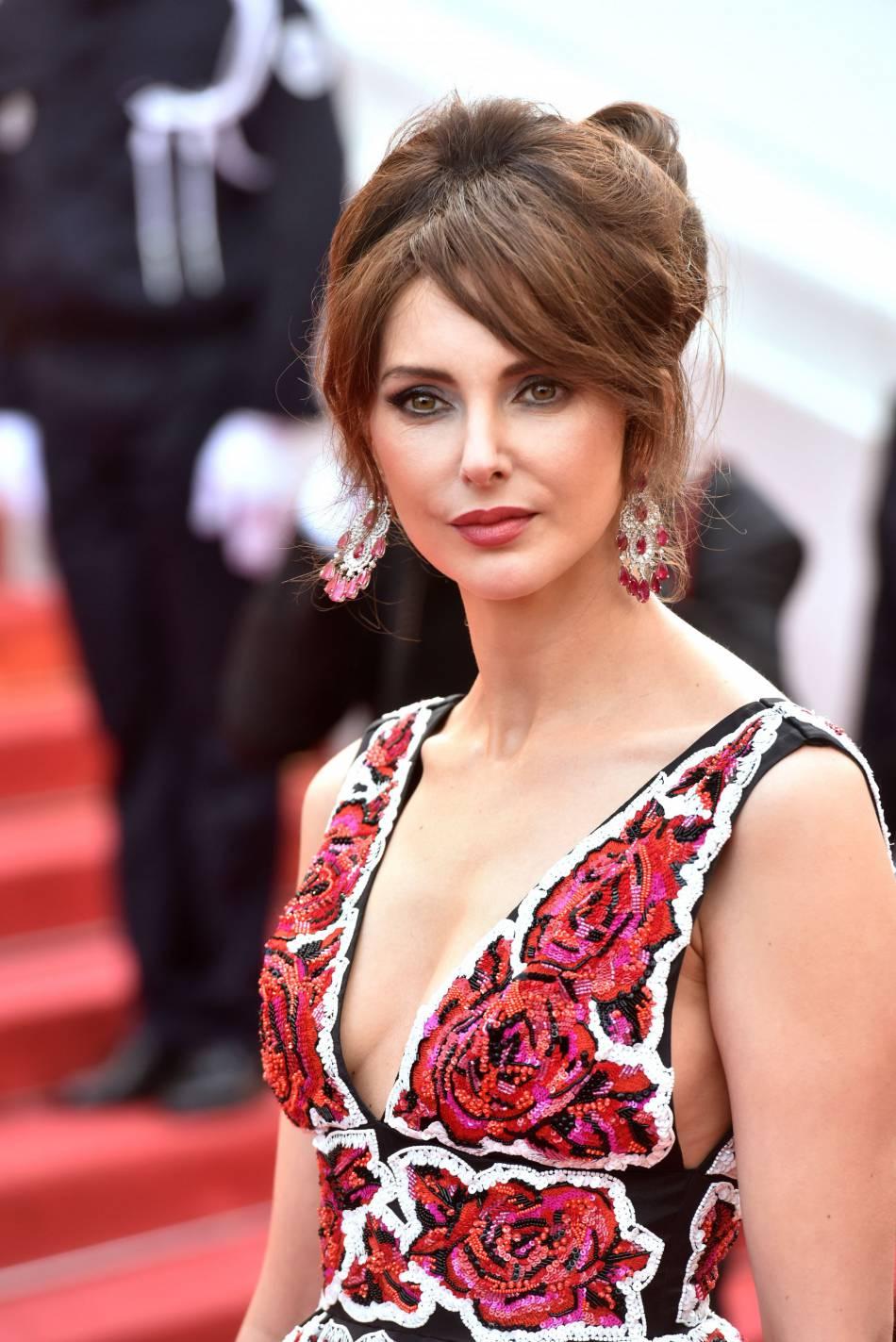 Frédérique Bel mise sur le smoky eyes elle aussi, une valeur sûre du makeup sur tapis rouge.