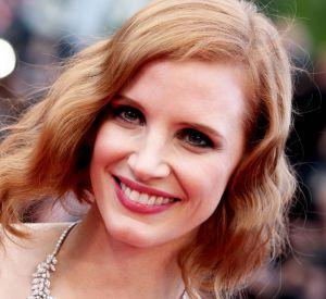 La divine rousse, Jessica Chastain, adopte un makeup frais et une coiffure rétro.