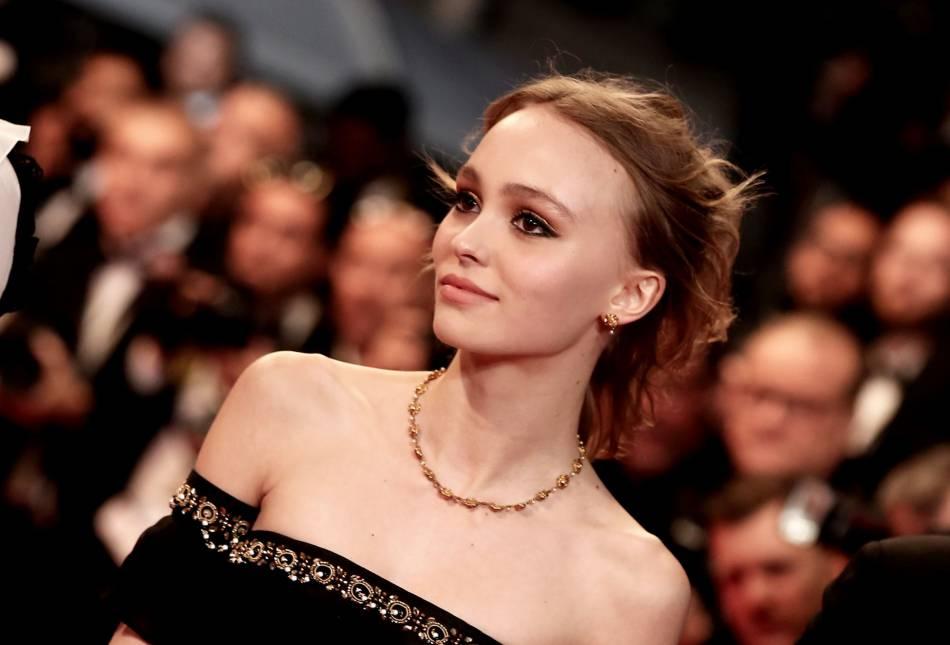 Lily-Rose Depp a fait une entrée magistrale à Cannes. On aime son maquillage aux touches d'or subtiles.