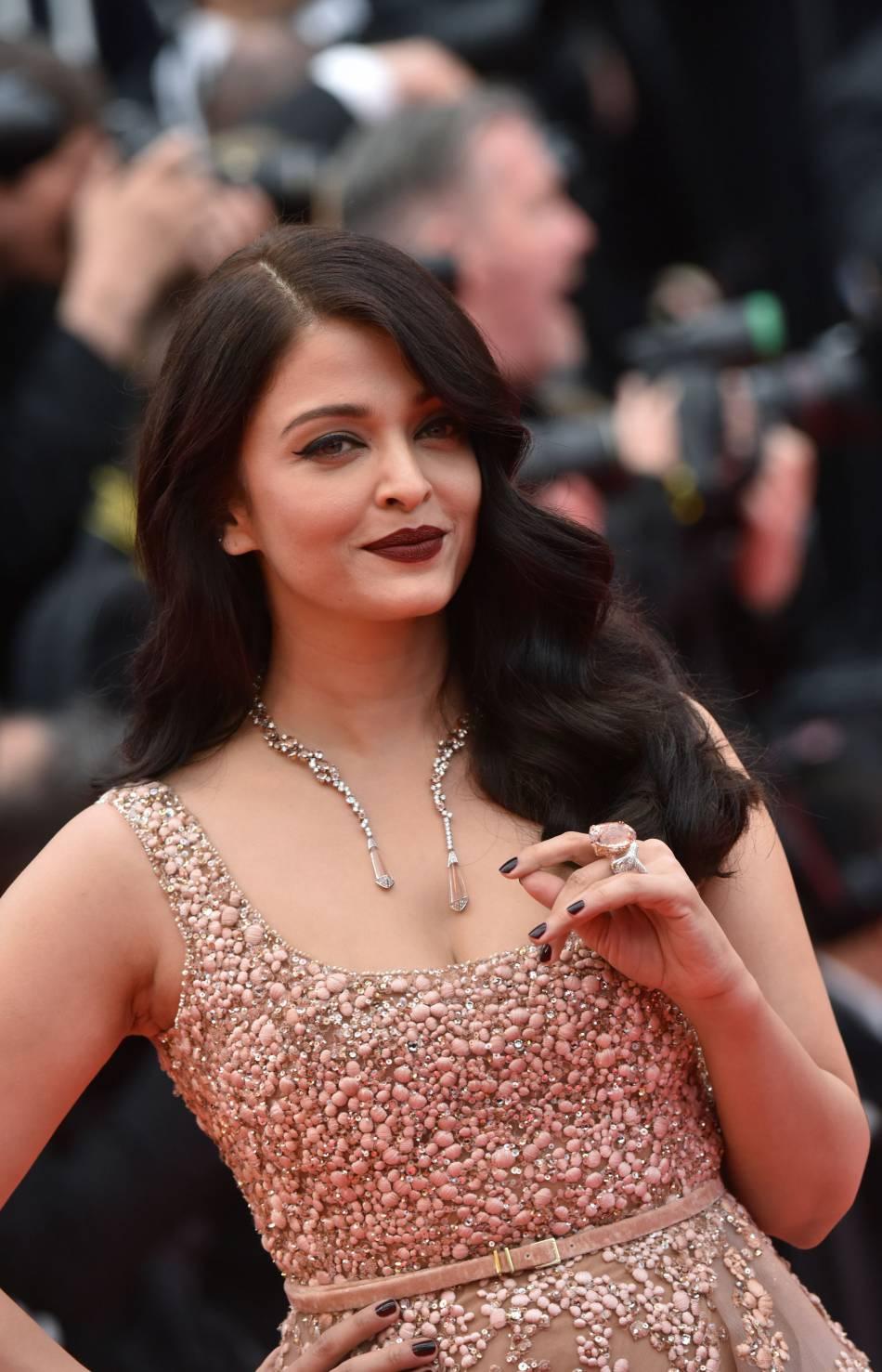 Aishwarya Rai : les lèvres dark, une fois de plus, et sur une carnation cette fois-ci plus foncée. Cela fonctionne aussi. C'est la magie de cette tendance !