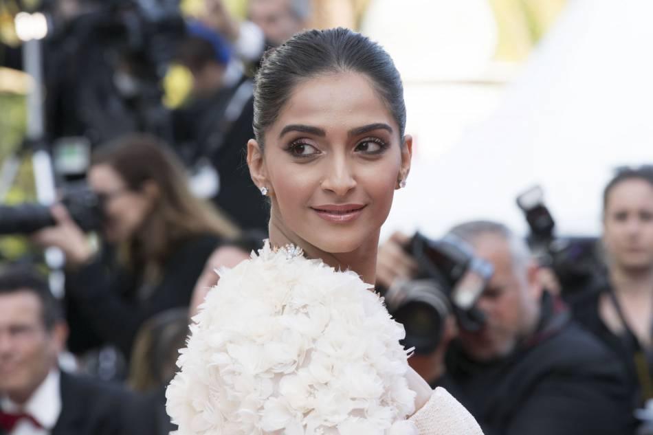 Sonam Kapoor : un sourire et un regard maliceux sublimés par un beauty look classique.