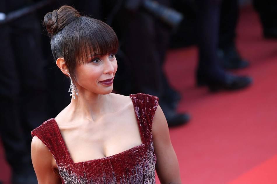 Sonia Rolland a adopté le chignon à frange et les lèvres dark pour son apparition sur le red carpet du Palais des Festivals.