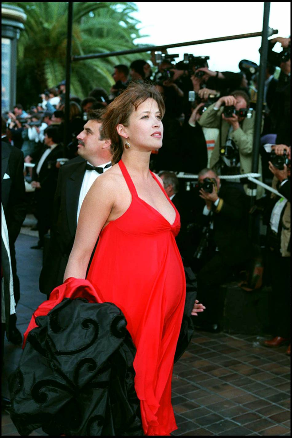 Sophie Marceau est sublime en 1995 lorsqu'elle dévoile sa première grossesse sur le tapis rouge cannois.