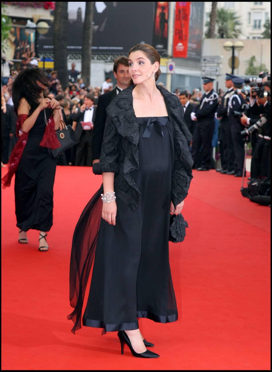 Clotilde Courau affiche son ventre rond pendant sa montée des marches à Cannes en 2006.