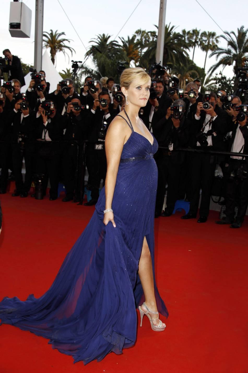 Reese Witherspoon en robe Versace joue avec son ventre rond et ses jambes toujours aussi fines en 2012.