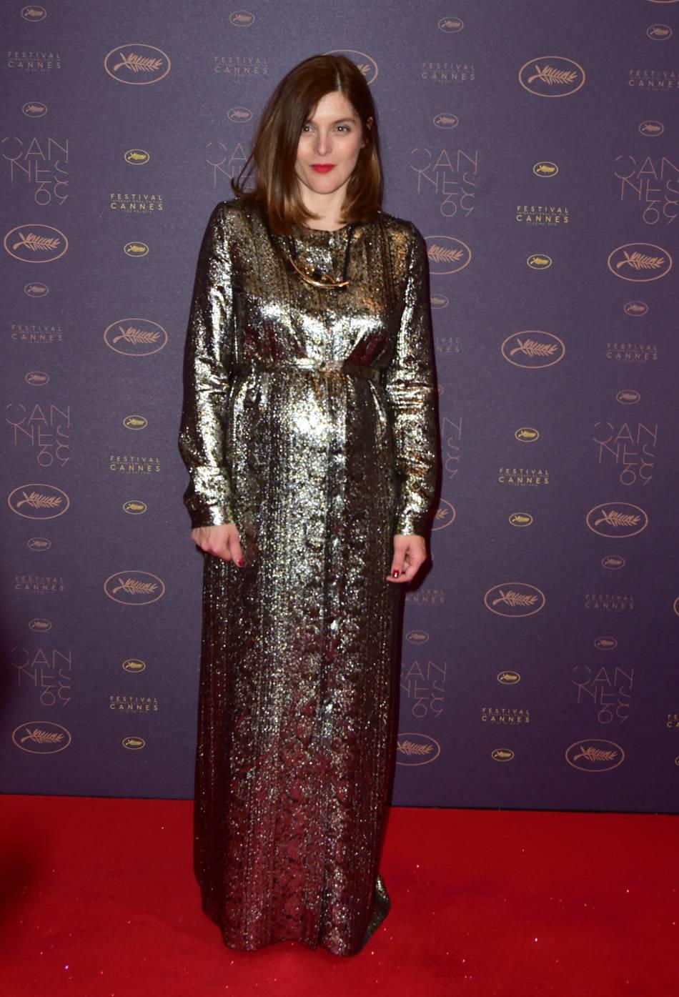 Valérie Donzelli mise sur une robe métalisée pour sublimer son ventre rond.