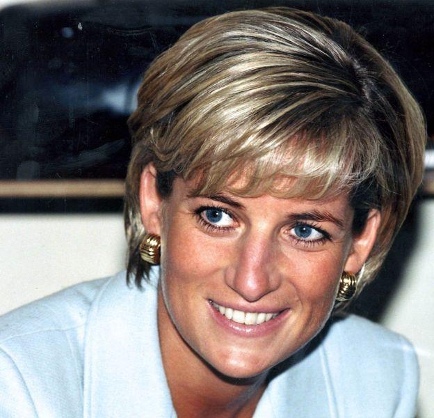 Lady Diana a récemment fait la une du magazine Tatler et une exposition de ses robes sera bientôt organisée à Kensington. Elle reste une icône.