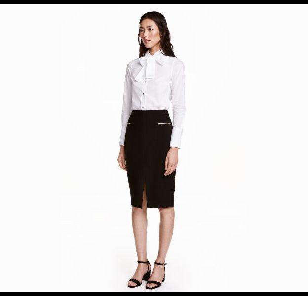 Look chic avec une jupe taille haute crayon et un chemisier col lavallière.