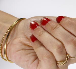 Manucure : des ongles rouge et or pour les fêtes