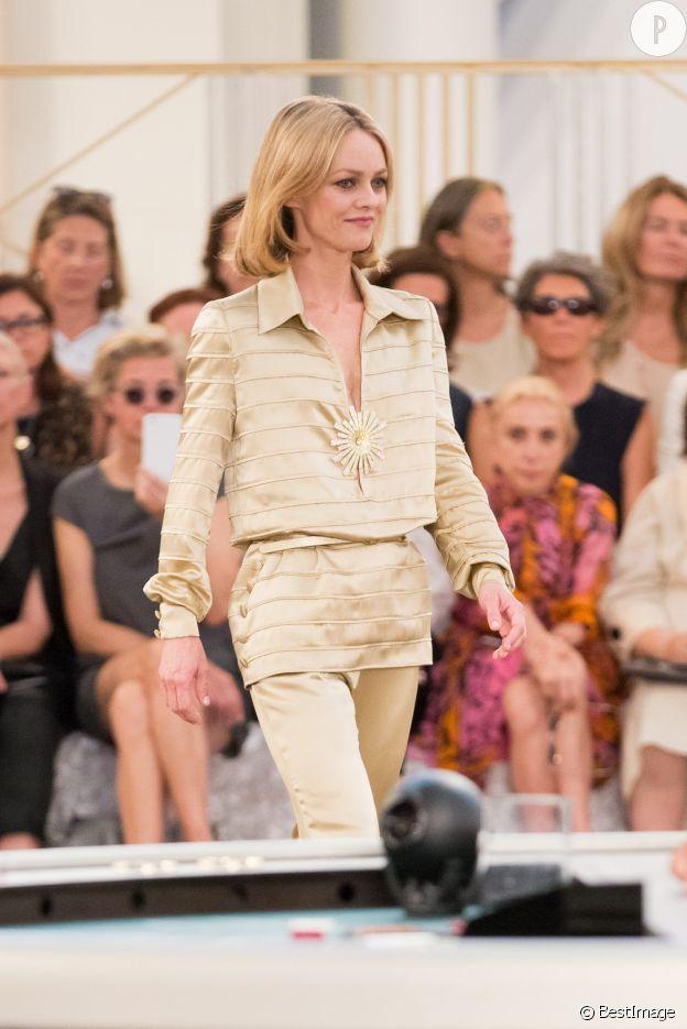 Vanessa Paradis défile pour Chanel.