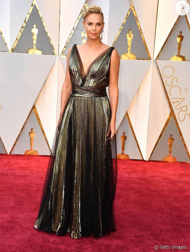 En robe Dior lamée, Charlize Theron fait le show.