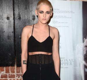 Kristen Stewart se rase le crâne et apparait tout en style sur le tapis rouge.