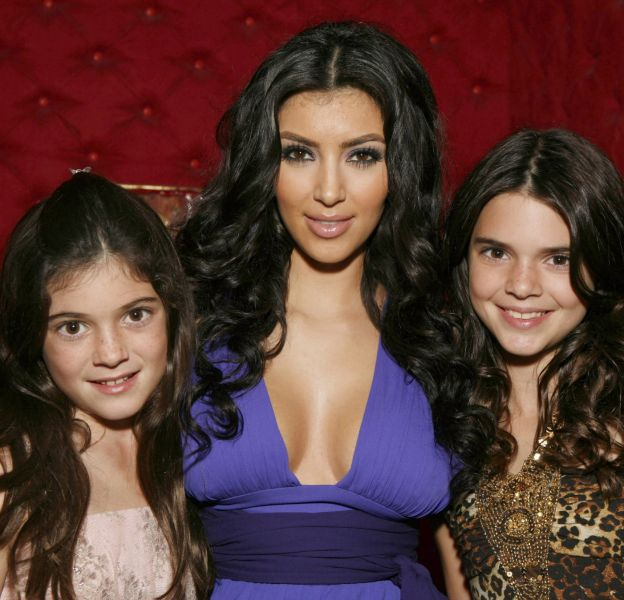 L'air innocent, Kylie Jenner (à gauche) posait déjà telle une star auprès de sa grande soeur Kim Karashian.