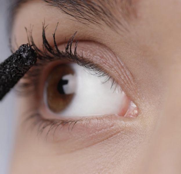 Le mascara rouge va à toutes les couleurs d'yeux.