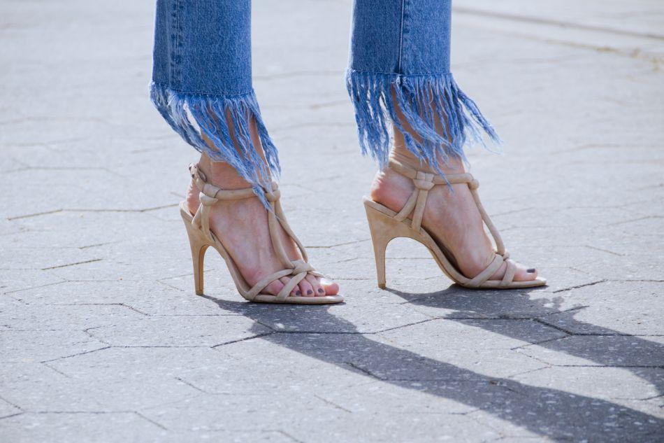 Le jean à franges est une véritable touche d'originalité à une tenue.