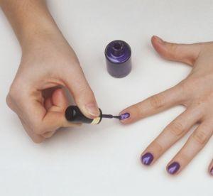 Vernis à ongles : 4 astuces pour l'appliquer sans bavures !