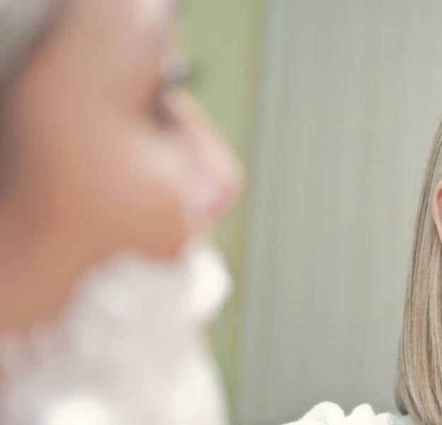 Lorsqu'une femme se rase le visage, elle ne doit pas utiliser le modèle de rasoir basique.