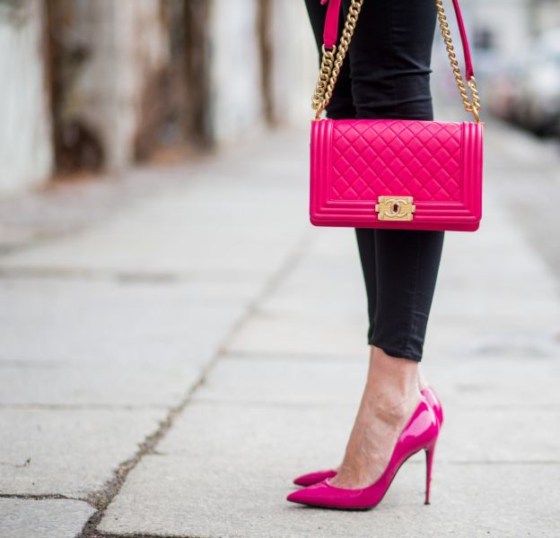 Rien de tel qu'une jolie paire d'escarpins roses pour donner du peps à une tenue !